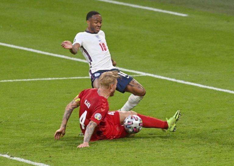 混亂中丹麥隊長不小心把球鏟入自家球門