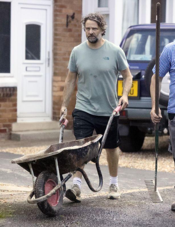 卡爾近日工地推水泥相片引發熱議