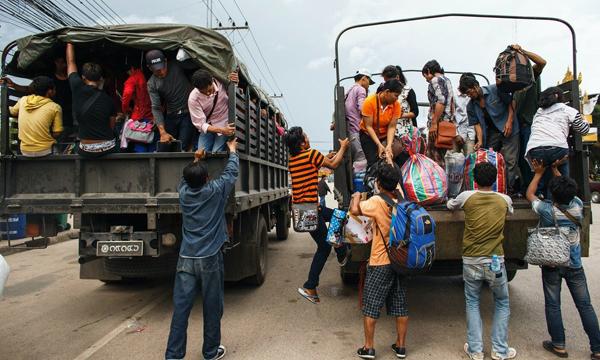 搭上卡車準備返國的柬埔寨工人