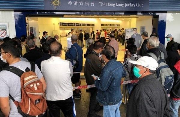 香港民眾排隊購買六合彩投注